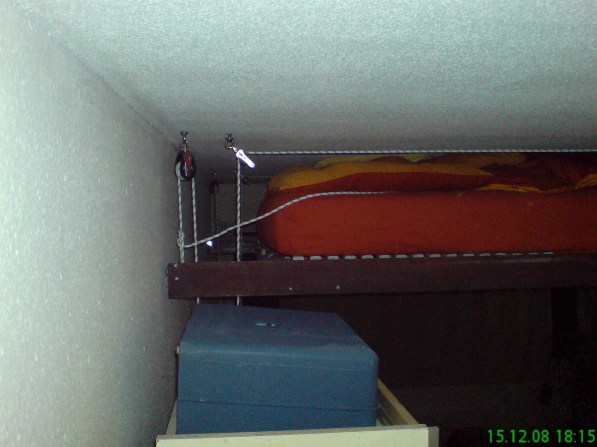 Vue du lit suspendu au plafond